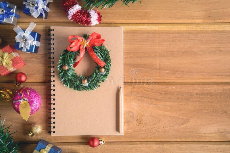 imite encima de los regalos y de los juguetes del libro en los tableros de madera imágenes de archivo libres de regalías