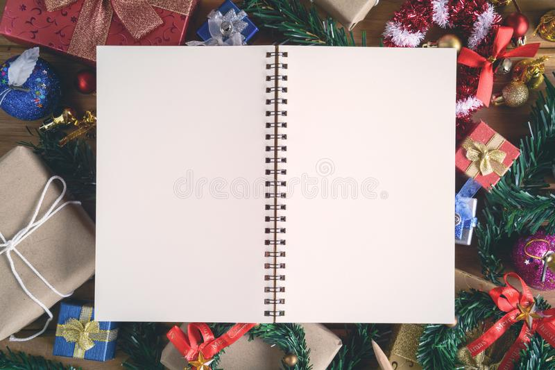 imite encima de los regalos y de los juguetes del libro en los tableros de madera fotos de archivo libres de regalías