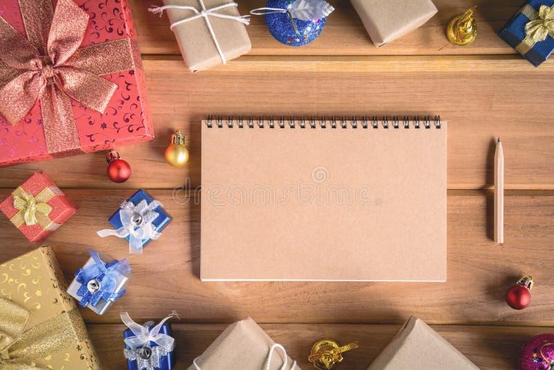 imite encima de los regalos y de los juguetes del libro en los tableros de madera imagen de archivo libre de regalías