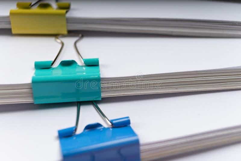 Imite para arriba, apile de documentos de papeles en ficheros de archivo con los clips de papel en el escritorio en las oficinas, fotos de archivo libres de regalías