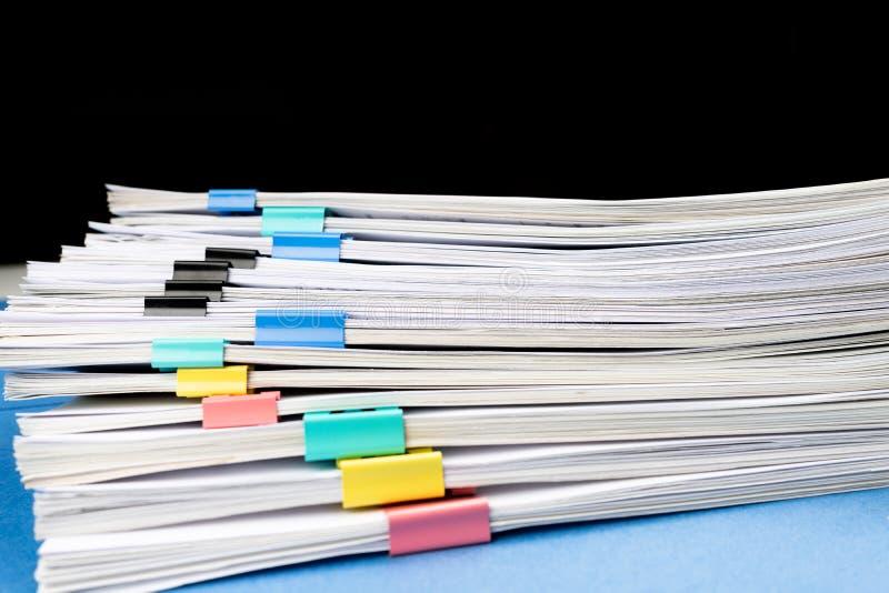 Imite para arriba, apile de documentos de papeles en ficheros de archivo con los clips de papel en el escritorio en las oficinas, imágenes de archivo libres de regalías