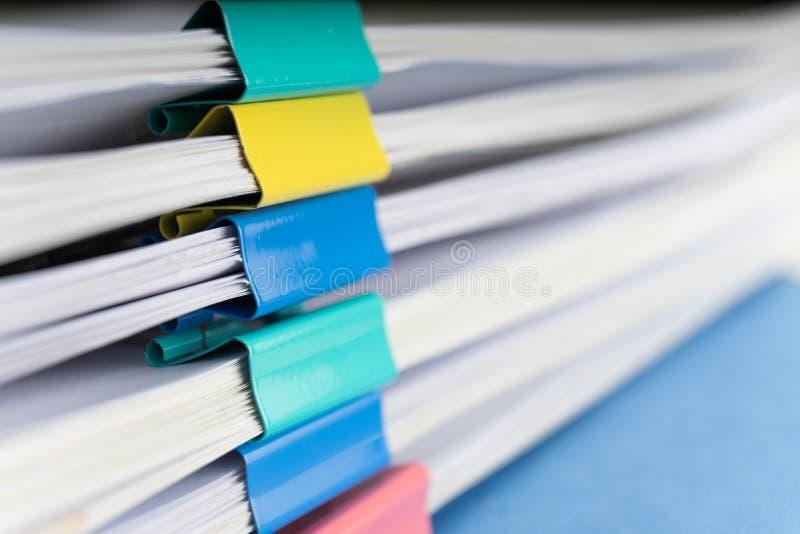 Imite para arriba, apile de documentos de papeles en ficheros de archivo con los clips de papel en el escritorio en las oficinas, fotografía de archivo libre de regalías