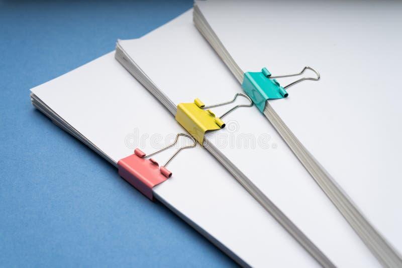 Imite para arriba, apile de documentos de papeles en ficheros de archivo con los clips de papel en el escritorio en las oficinas, imagen de archivo libre de regalías