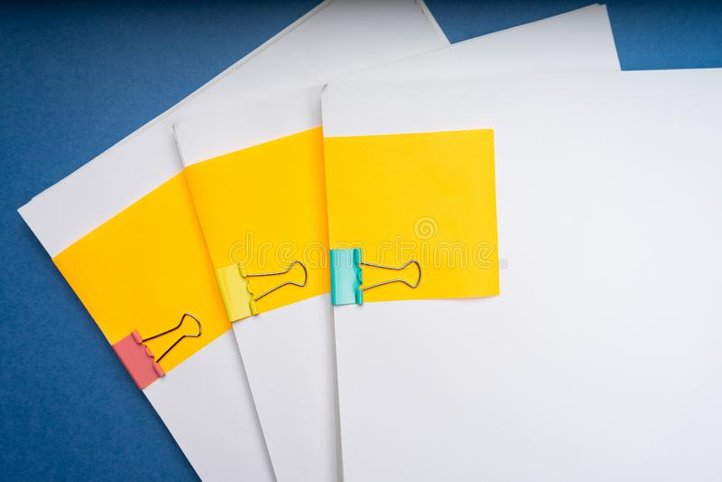 Imite para arriba, apile de documentos de papeles en ficheros de archivo con los clips de papel en el escritorio en las oficinas, foto de archivo libre de regalías