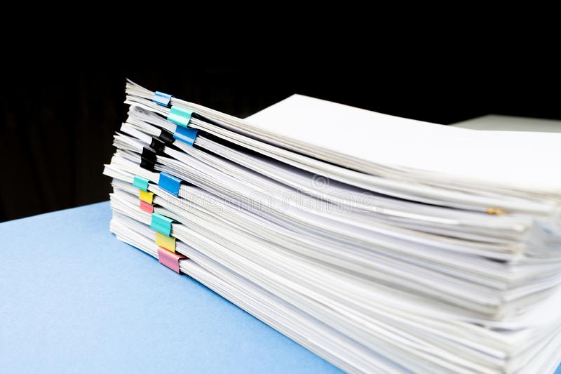 Imite para arriba, apile de documentos de papeles en ficheros de archivo con los clips de papel en el escritorio en las oficinas, fotos de archivo