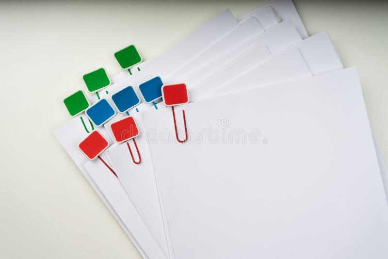 Imite para arriba, apile de documentos de papeles en ficheros de archivo con los clips de papel en el escritorio en las oficinas, imagen de archivo