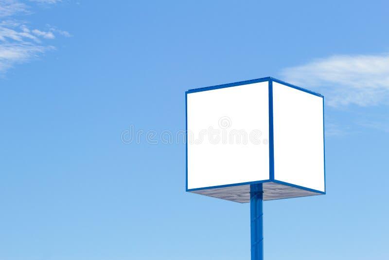 Imite para arriba de la cartelera de publicidad con el fondo del cielo azul imagen de archivo