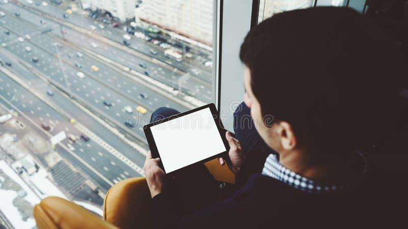 Imite para arriba de la tableta digital en manos del ` s del hombre imagen de archivo