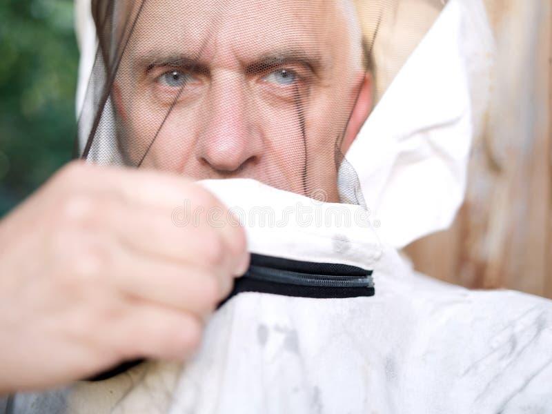 Imker die beschermend masker snellen stock afbeelding
