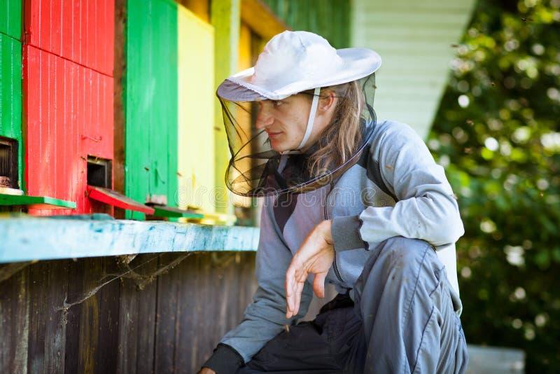 Imker durch ein Bienenhaus stockfoto