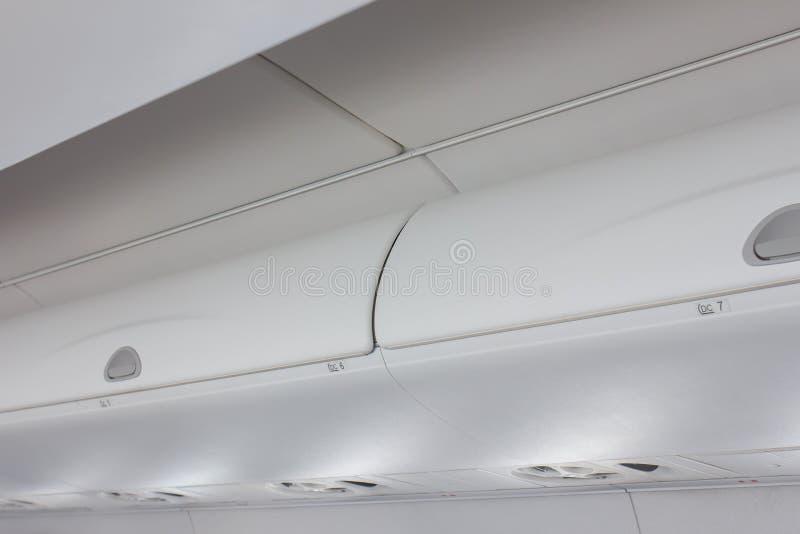 Immagazzinamento nei bagagli nell'aereo fotografia stock libera da diritti