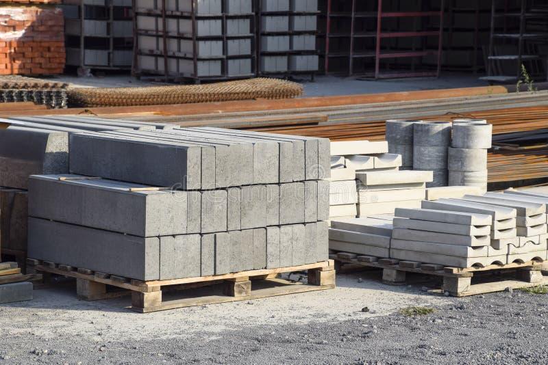 Immagazzini il blocchetto ed i prodotti di cenere dai residui del cemento sulla base fotografia stock