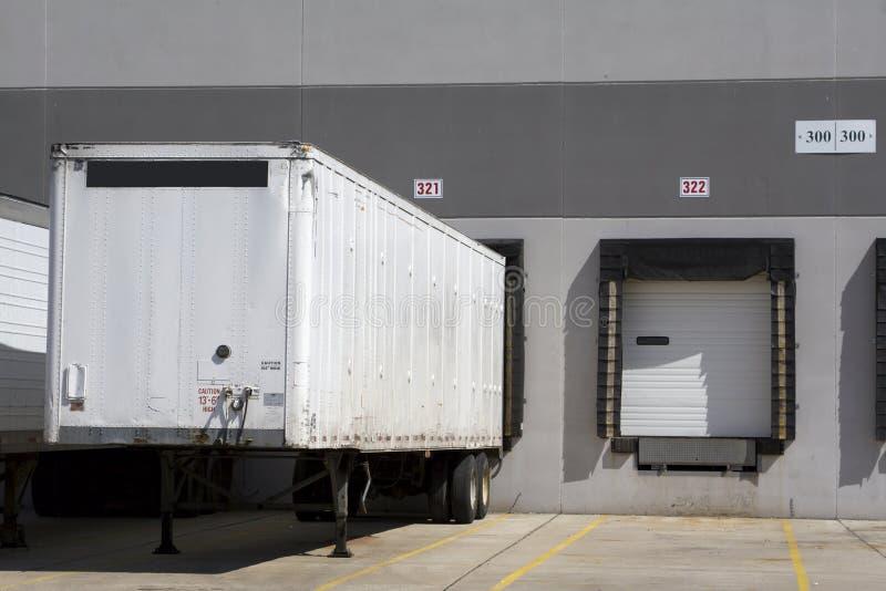Immagazzini il caricamento del camion immagini stock