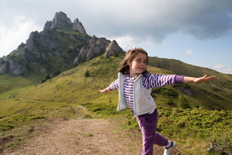 Immaginazione del bambino: Ragazza di volo fotografia stock