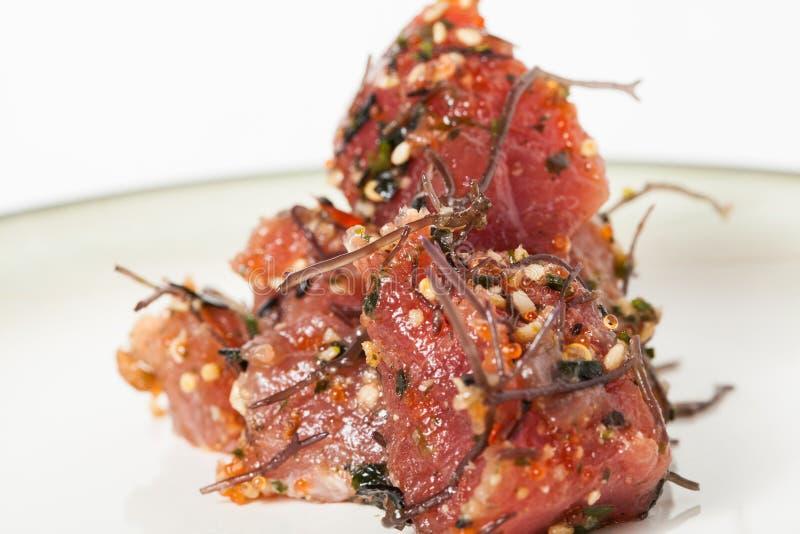 Immaginazione del pesce crudo del colpo hawaiano pronto con le cipolle e l'alga immagine stock