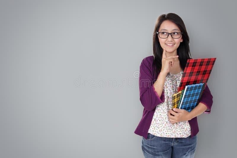 Immaginazione felice dell'insegnante, su grey immagini stock