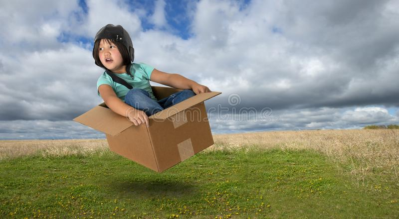 Immaginazione, ricreazione, divertimento, ragazza, volante immagine stock libera da diritti