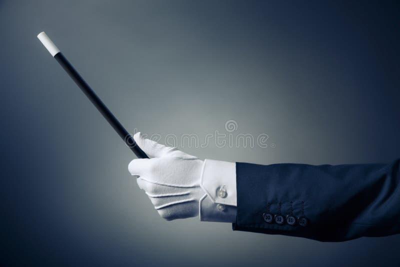 Immagine ad alto contrasto della mano del mago con la bacchetta magica immagine stock libera da diritti