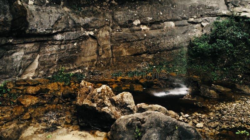 Immagine aerea cinematografica del fuco della cascata e di piccolo stagno in profondità nella giungla della foresta pluviale al p immagini stock libere da diritti