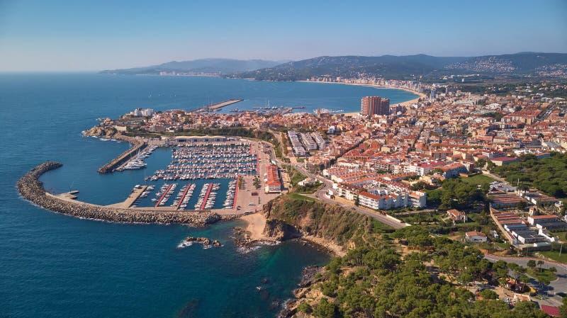 Immagine aerea del fuco dall'AMS tutta la città spagnola Palamos fotografia stock