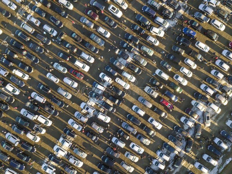 Immagine aerea del fuco di molti parcheggio sul parcheggio, vista superiore immagine stock libera da diritti