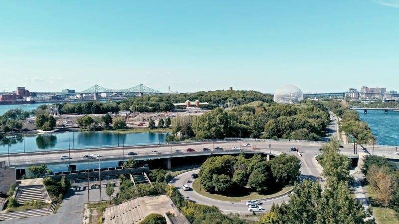 immagine aerea del fuco di Montreal con i ponti e un'area del parco più l'isola di Helene del sainte del ile con la cupola di bio immagini stock libere da diritti