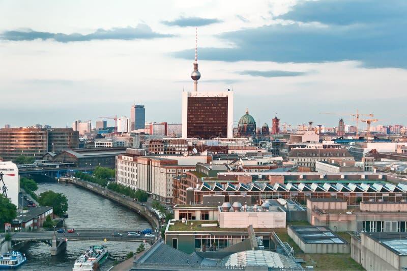 Immagine aerea dell'orizzonte di Berlino al tramonto immagine stock libera da diritti