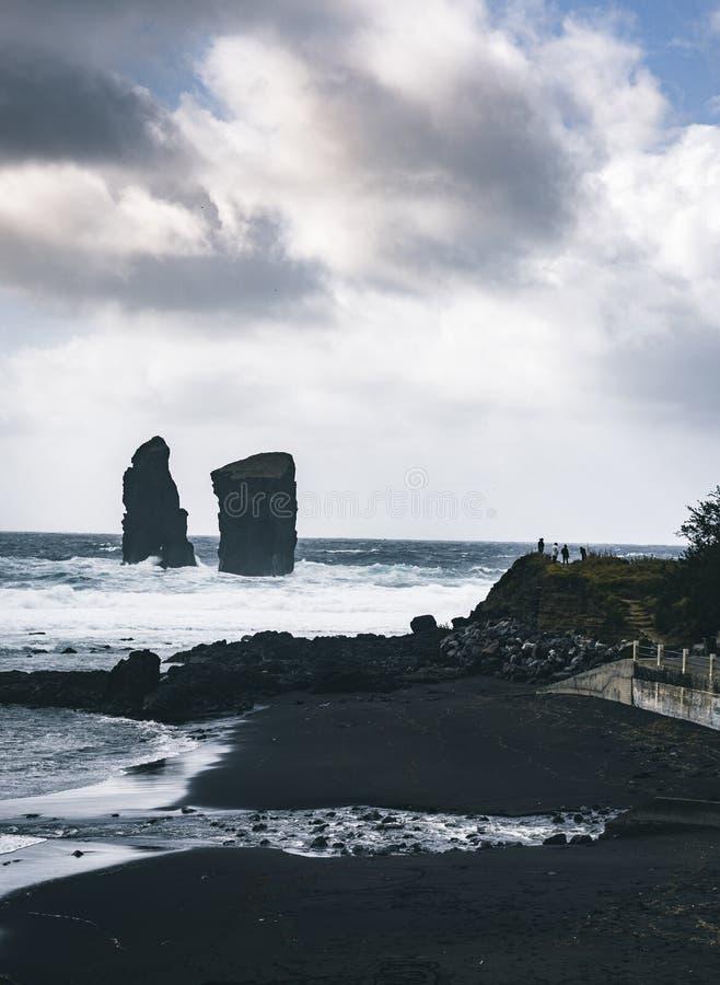 Immagine aerea delle formazioni rocciose selvagge in mezzo all'Oceano Atlantico aperto accanto a Mosteiros, nell'isola di Miguel  fotografia stock libera da diritti
