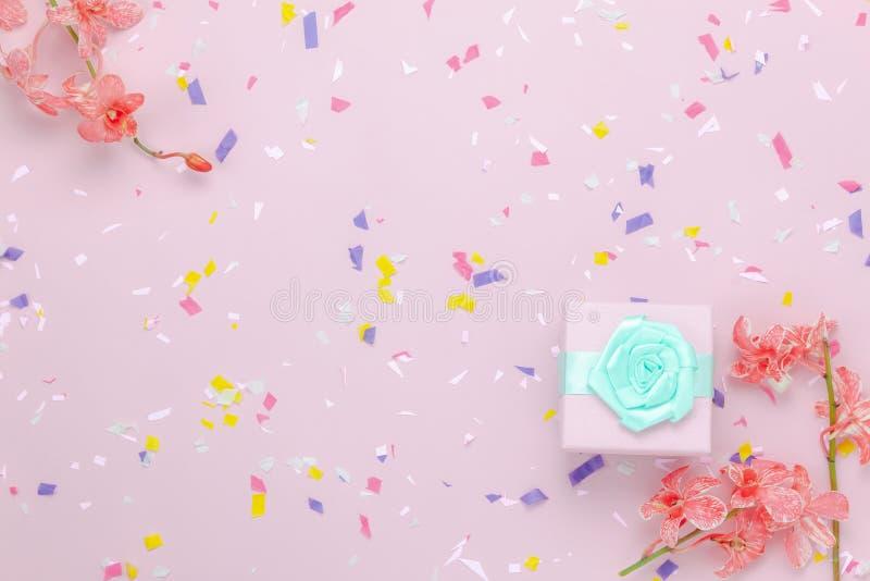 Immagine aerea di disposizione piana del fondo di festa di giorno di madri degli oggetti o di compleanno del partito immagine stock libera da diritti