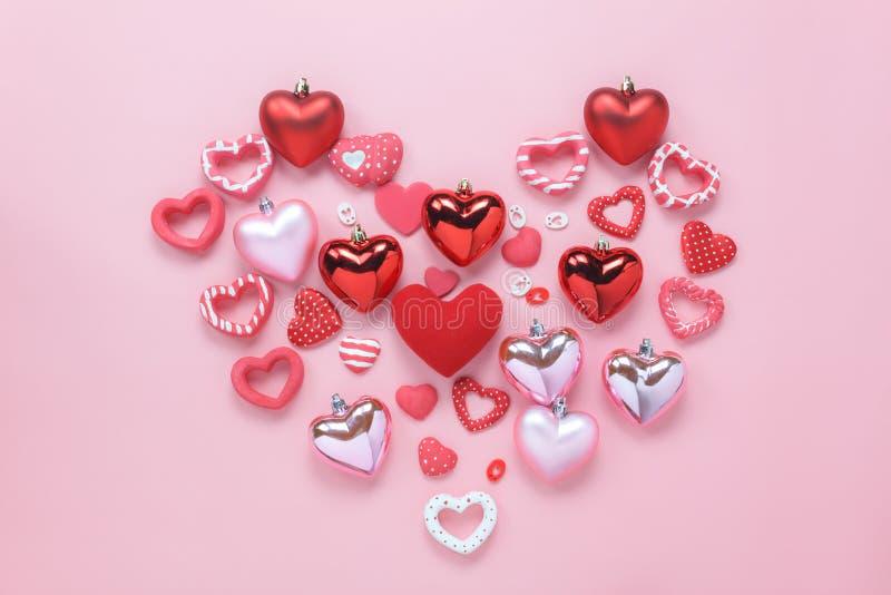 Immagine aerea di vista del piano d'appoggio del concetto del fondo di giorno di biglietti di S. Valentino del segno immagine stock