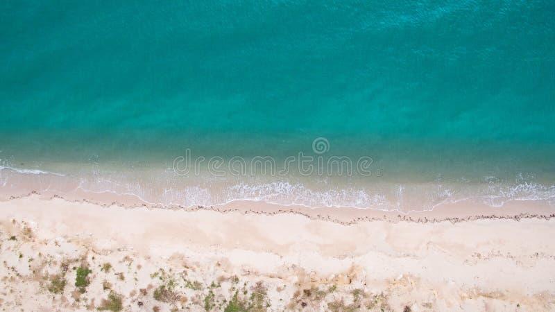 Immagine aerea di vista superiore dal fuco di bella spiaggia sbalorditiva del paesaggio del mare con acqua del turchese immagini stock