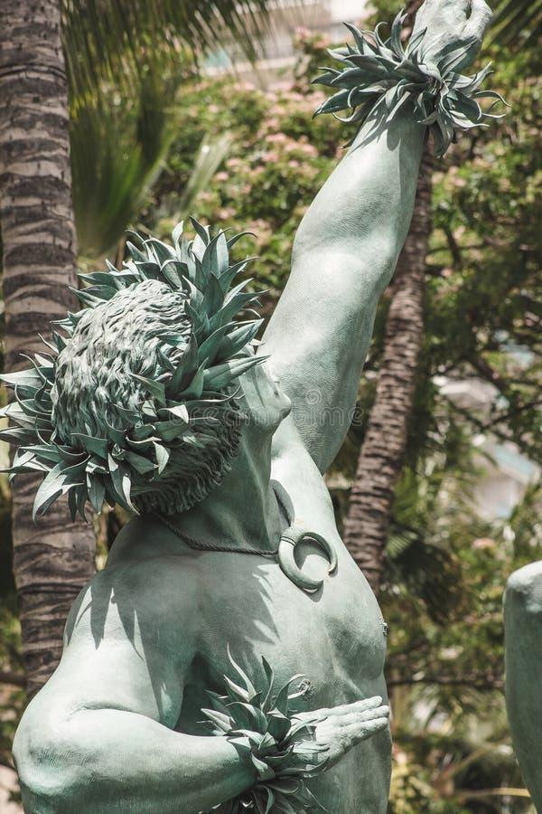 Immagine alta vicina della statua maschio fuori di Hilton Hawaiian Village fotografie stock libere da diritti