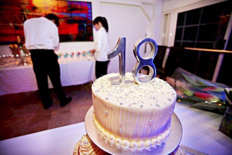 Immagine alta vicina di una torta di compleanno per la ragazza fotografia stock libera da diritti