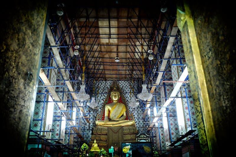 Immagine antica di Buddha con la chiesa in costruzione a Wat Arun Temple fotografia stock