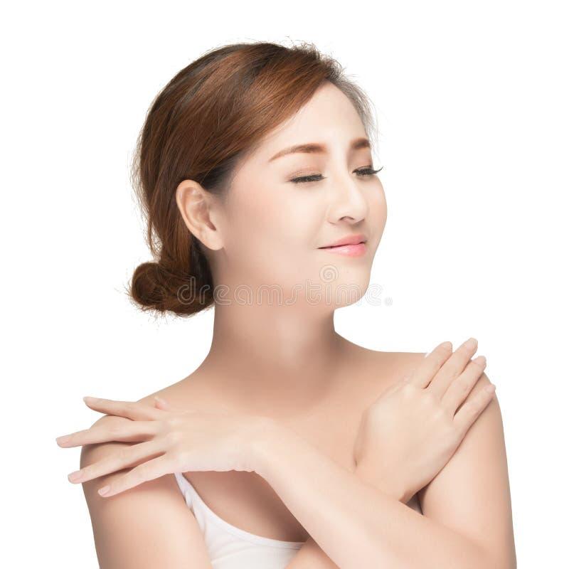 Immagine asiatica attraente di cura di pelle della donna su fondo bianco fotografie stock libere da diritti