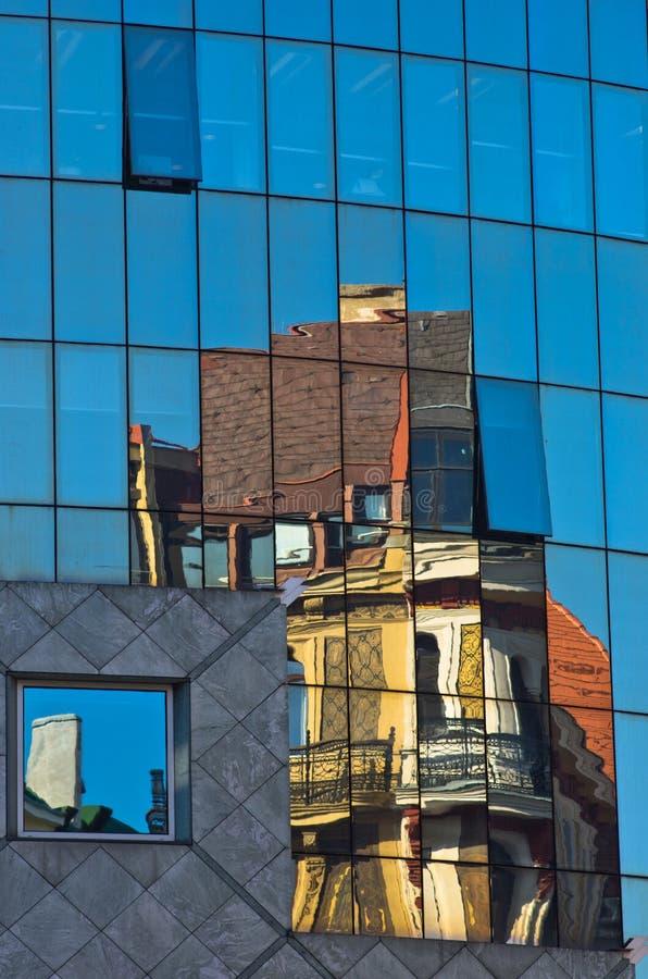 Immagine astratta come riflessione delle costruzioni di vecchio stile in un vetro di costruzione moderna eccellente alla città di immagine stock libera da diritti