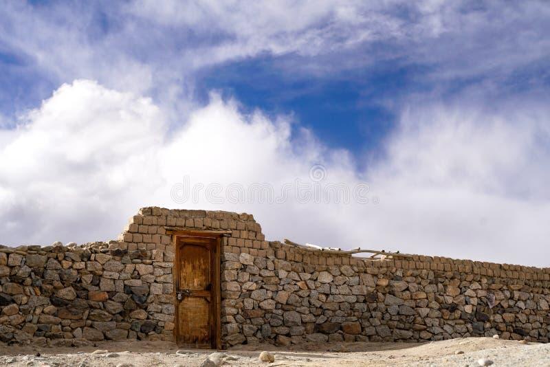 Immagine astratta con la parete di pietra ed il cielo immagini stock