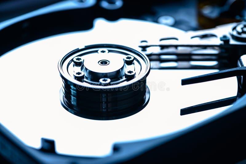 Immagine astratta dell'interno dell'unità hard disk sulla scrivania del tecnico concetto di dati, hardware e tecnologie dell'info fotografie stock libere da diritti