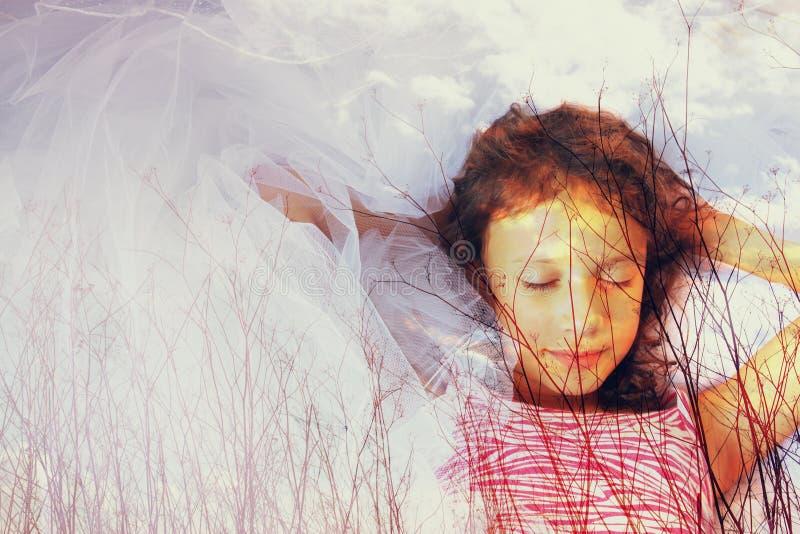Immagine astratta di doppia esposizione dei brunch dell'albero in autunno ed in sogno felice sveglio del bambino immagine stock libera da diritti