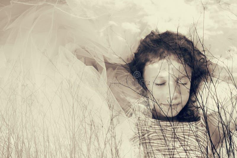 Immagine astratta di doppia esposizione dei brunch dell'albero in autunno ed in sogno felice sveglio del bambino Foto in bianco e immagini stock libere da diritti