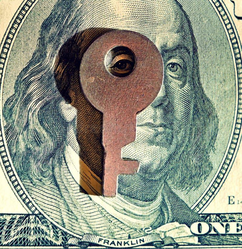 Immagine astratta di una chiave su una banconota in dollari come simbolo del financia fotografia stock