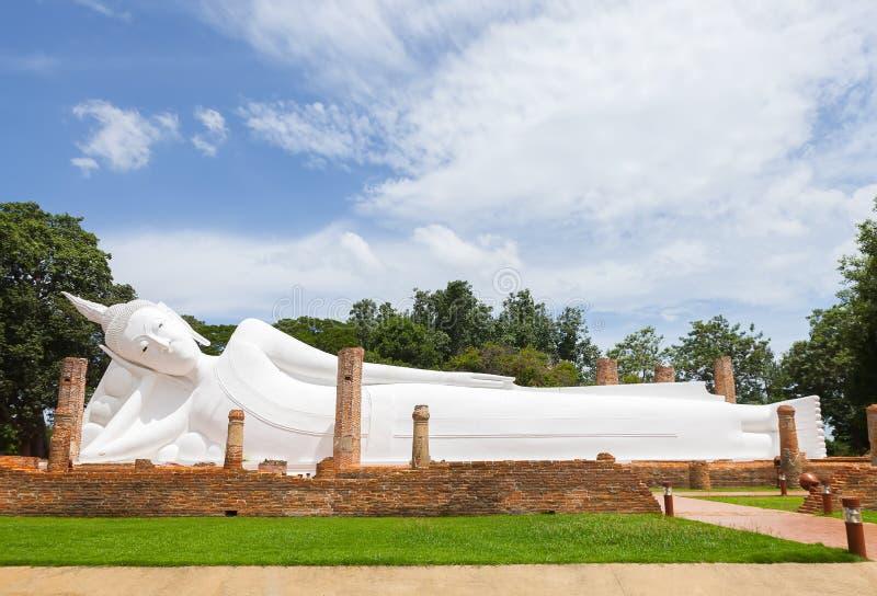 Immagine bianca di Buddha al tempio buddista in Tailandia immagine stock