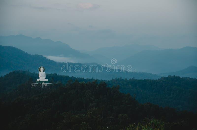 Immagine bianca di Buddha su moutain immagine stock libera da diritti