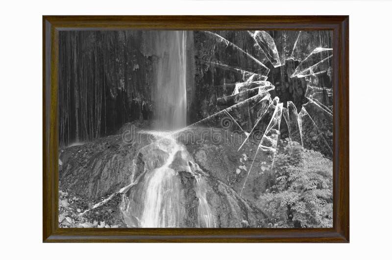 Immagine in bianco e nero della cascata nel telaio di vetro rotto fotografie stock