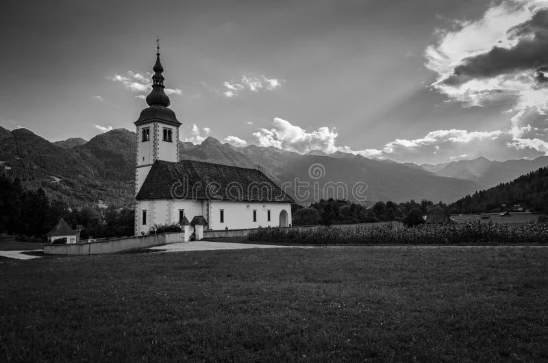 Immagine in bianco e nero della chiesa del presupposto di vergine Maria, Bitnje, Slovenia, Europa fotografia stock libera da diritti
