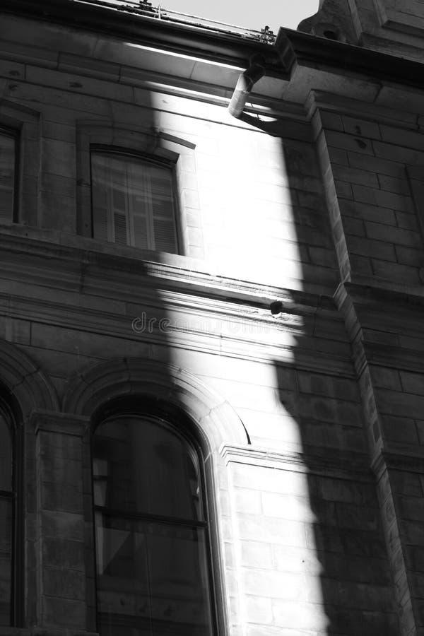 Immagine in bianco e nero di costruzione con la luce del sole su  immagine stock