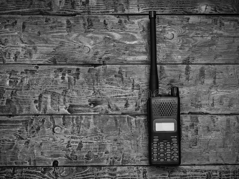 Immagine in bianco e nero di un walkie-talkie su una tavola di legno immagini stock