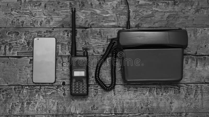 Immagine in bianco e nero di un walkie-talkie su una tavola di legno fotografie stock libere da diritti