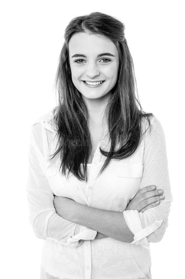 Immagine in bianco e nero di una ragazza sorridente sicura - Immagine di una ragazza a colori ...