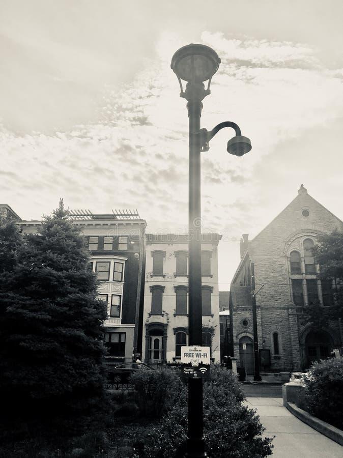 Immagine in bianco e nero di Washington Park Cincinnati della posta della lampada e costruzioni e chiesa dell'appartamento fotografie stock